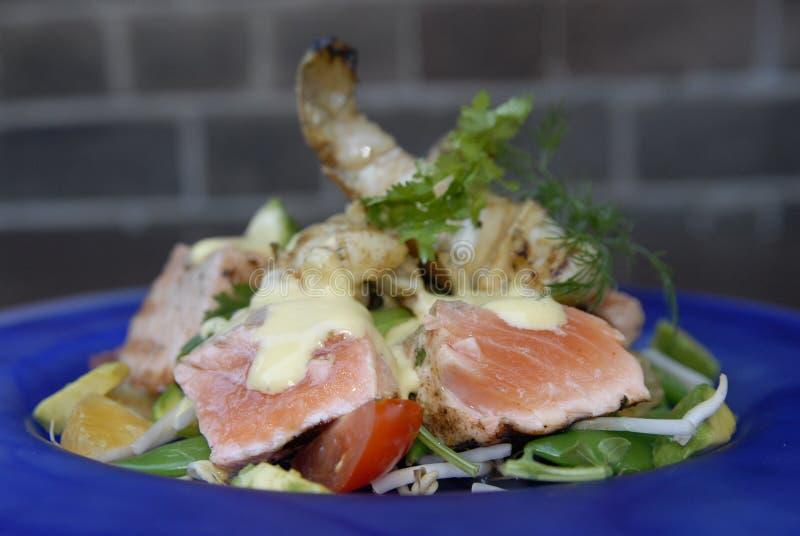 Salada salmon grelhada foto de stock royalty free