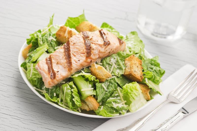 Salada Salmon grelhada de Caesar imagem de stock royalty free