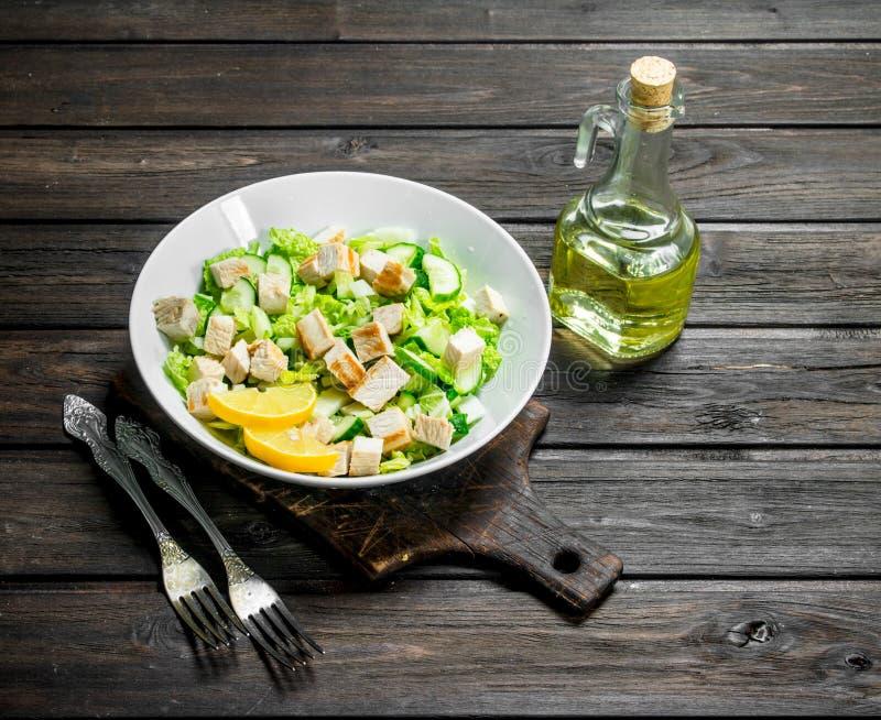 Salada saudável A salada com pepinos, galinha e couve chinesa derramou o suco de limão imagem de stock
