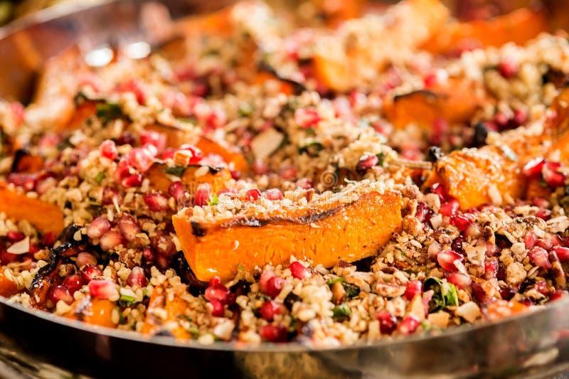 Salada saudável com quinoa e romã fotografia de stock