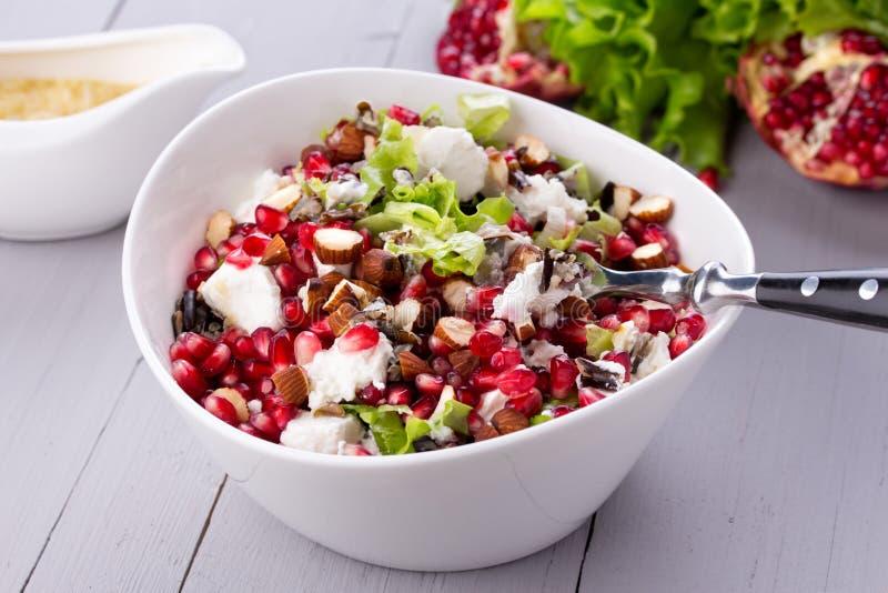 Salada saudável com sementes da romã, amêndoa, queijo de feta e arroz preto foto de stock royalty free