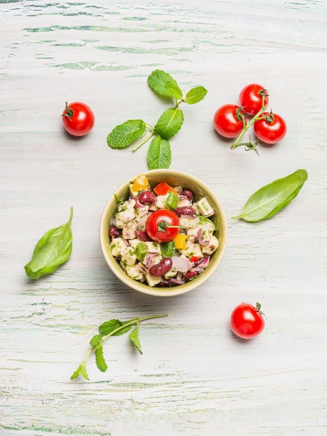 Salada saudável do feijão vermelho com queijo e tomates de cabra no fundo rústico claro foto de stock royalty free