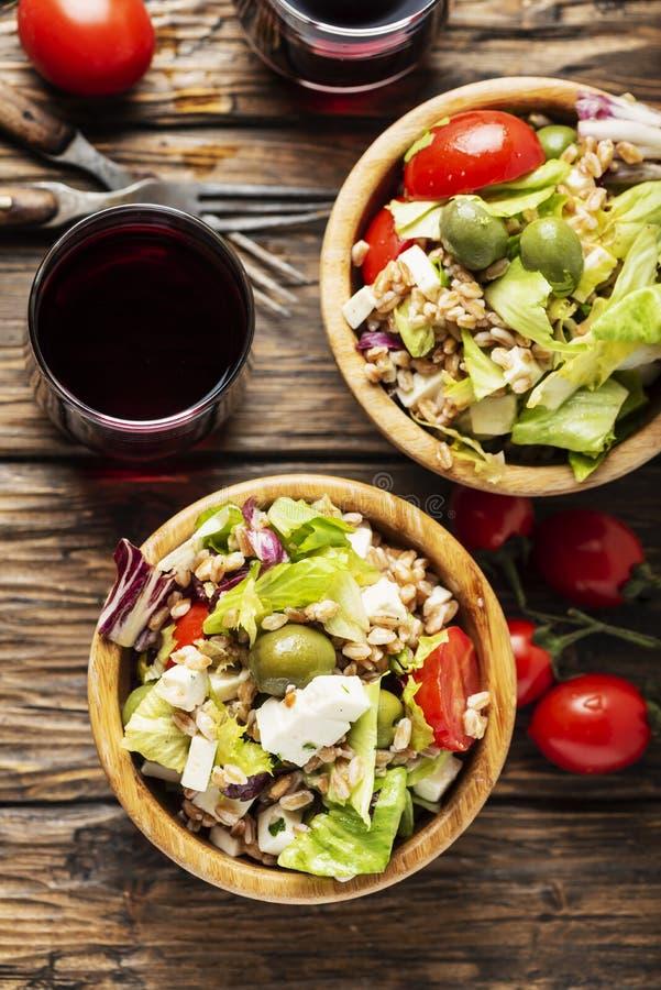 Salada saudável do vegetariano com cevada de pérola fotografia de stock