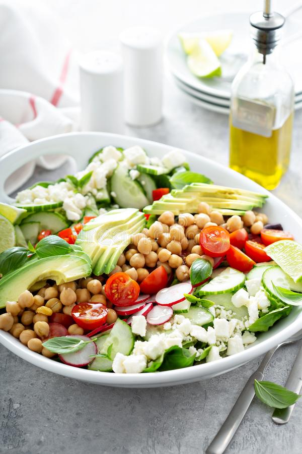 Salada saudável do vegetariano com grãos-de-bico, abacate e feta imagens de stock royalty free