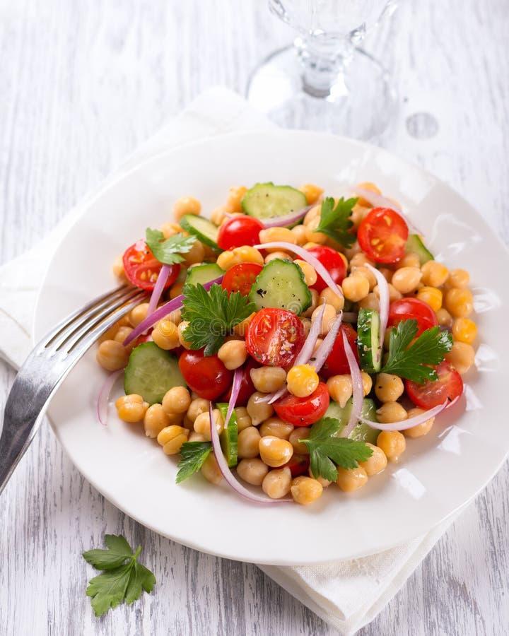 Salada saudável dos grãos-de-bico com vegetais fotografia de stock royalty free