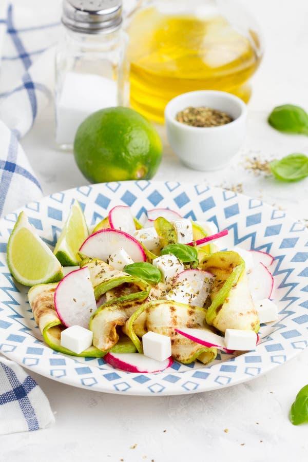 Salada saudável fresca com abobrinha grelhado, rabanete, feta, cal imagem de stock