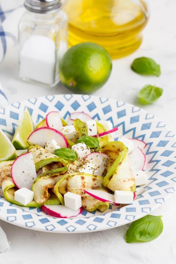 Salada saudável fresca com abobrinha grelhado, rabanete, feta, cal, t imagens de stock