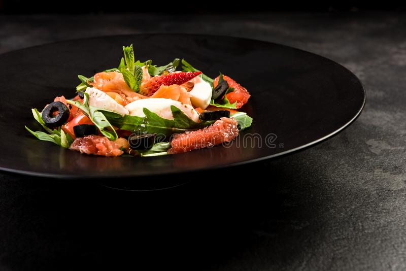 Salada saud?vel na placa escura Prato do restaurante, comer saud?vel imagem de stock
