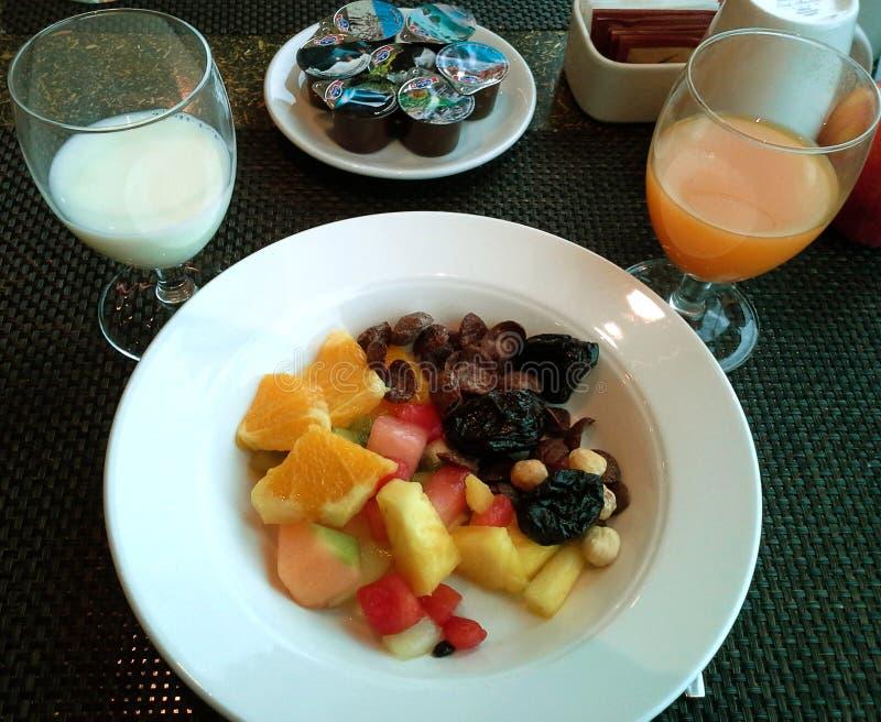 Salada, suco e leite de fruto tropical foto de stock royalty free