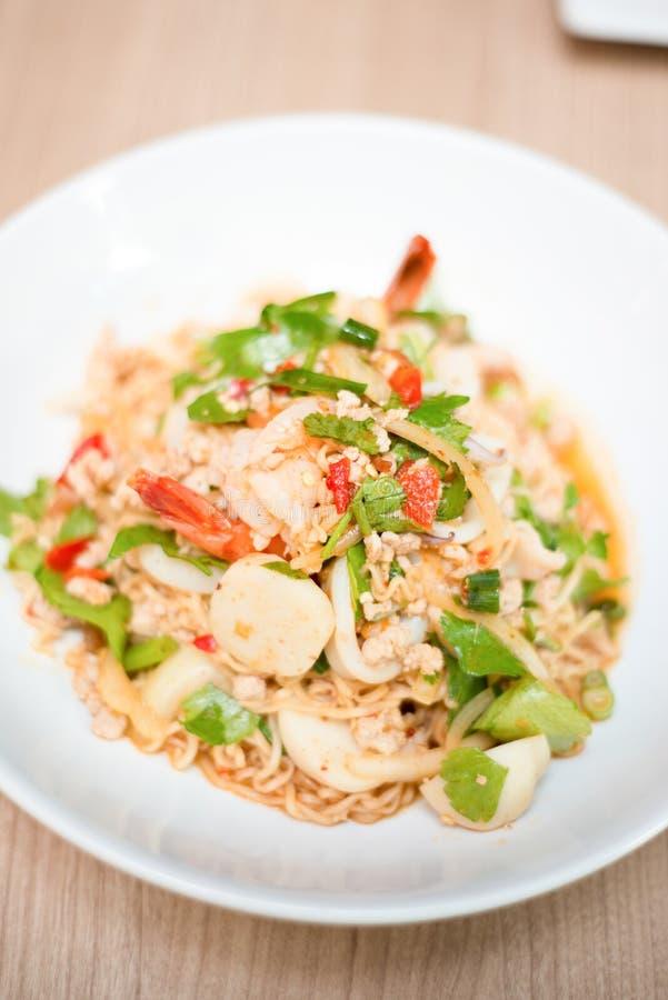Salada tailandesa com macarronete imediato fotografia de stock royalty free