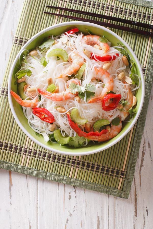 Salada tailandesa com macarronetes, os camarões e close-up de vidro dos amendoins Vert fotografia de stock