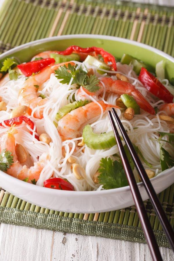 Salada tailandesa com macarronetes, os camarões e close-up de vidro dos vegetais V imagens de stock