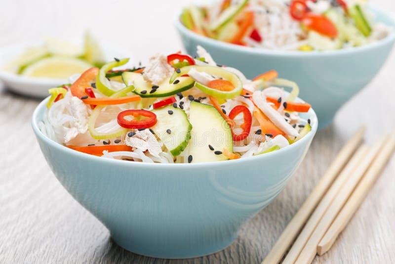 Salada tailandesa com vegetais, macarronetes de arroz, galinha e sésamo imagem de stock royalty free