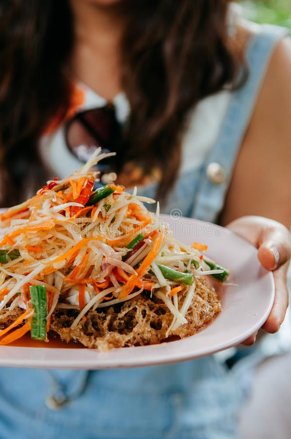 Salada tailandesa da papaia do Tum do som com o bolo fritado friável do peixe-gato imagem de stock
