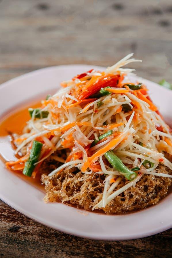 Salada tailandesa da papaia do Tum do som com o bolo fritado friável do peixe-gato imagens de stock royalty free