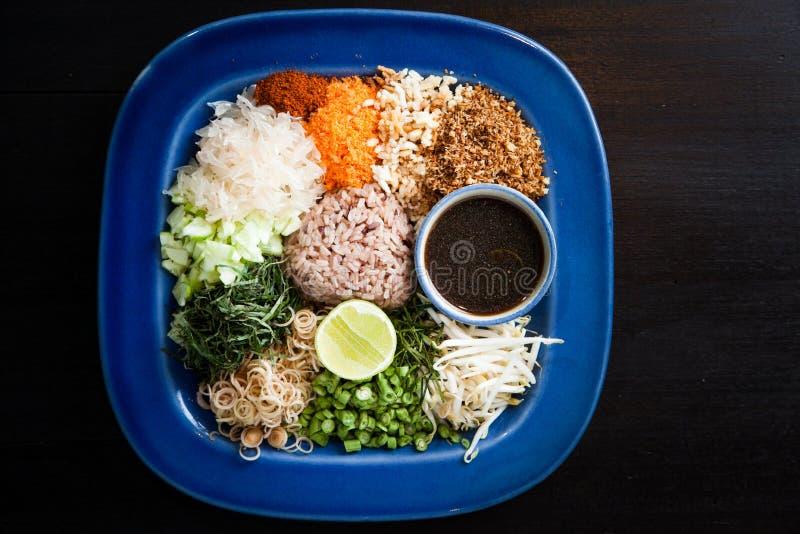 Salada tailandesa do arroz picante com vegetal fotos de stock