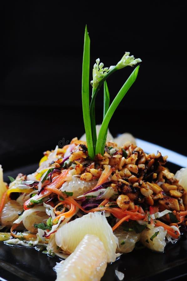 Salada tailandesa dos vegetais com um fundo preto foto de stock royalty free