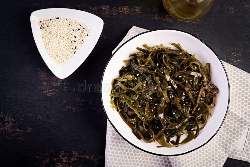 Salada temperado da alga e ervas frescas Vista superior foto de stock