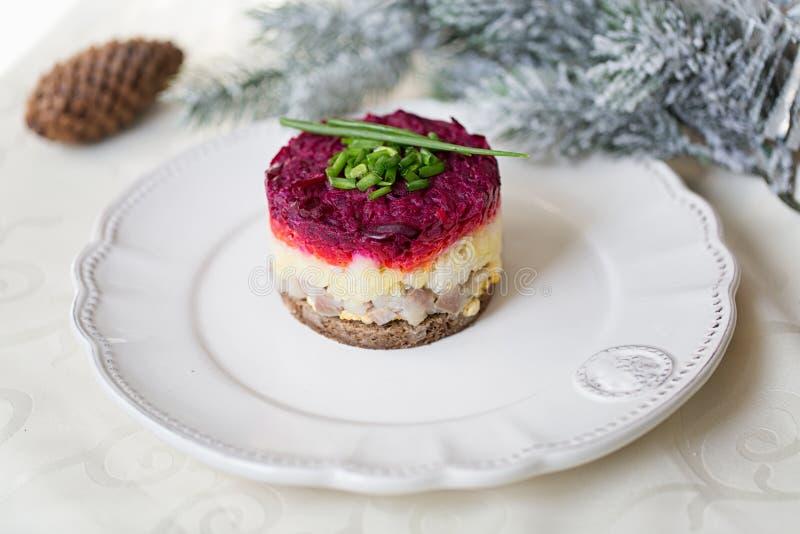 Salada tradicional do russo, arenque vestido sob o casaco de pele fotografia de stock royalty free