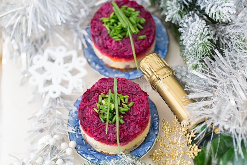 Salada tradicional do russo, arenque vestido sob o casaco de pele foto de stock