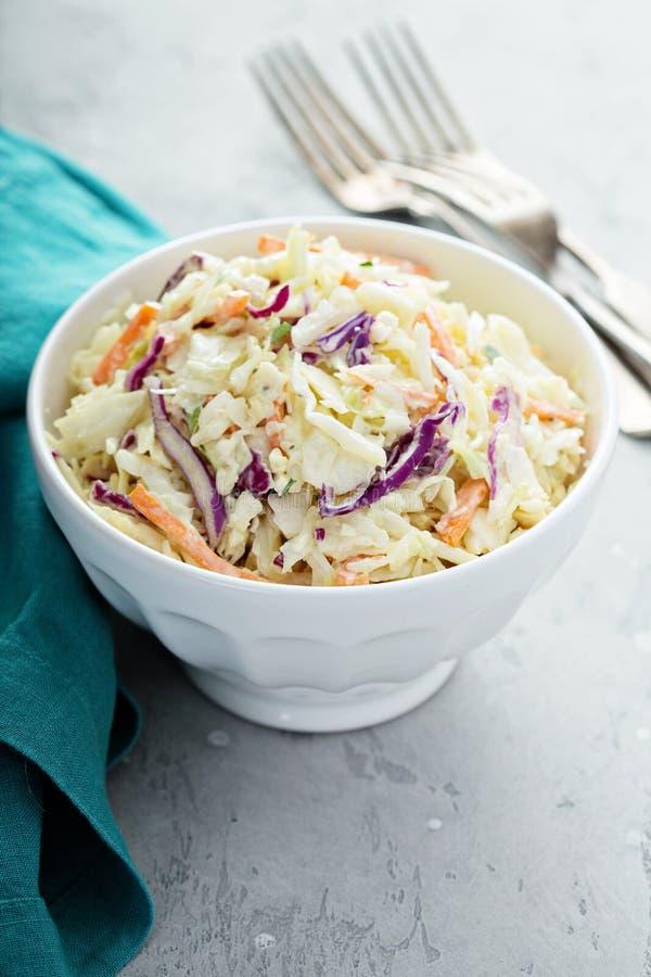 Salada tradicional do slaw do cole imagem de stock