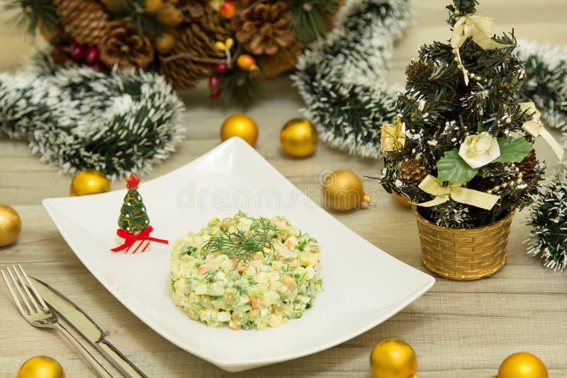 Salada tradicional Olivier do Natal do russo com salsicha e os pepinos frescos imagens de stock royalty free