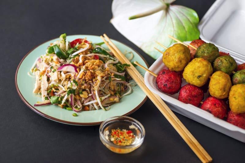 Salada vegetal asiática e almôndega colorida imagem de stock royalty free