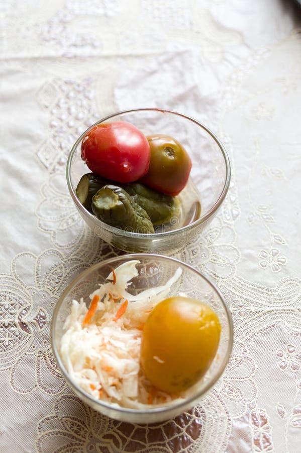 Salada vegetal Chucrute e preservação Vegetais enlatados foto de stock royalty free