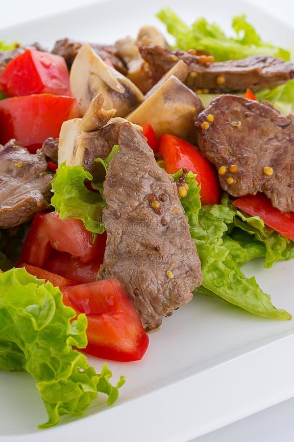 Salada vegetal com mashrooms e carne isolada foto de stock