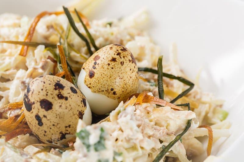 Salada vegetal com ovos e ervas de codorniz na placa branca com foco seletivo imagem de stock