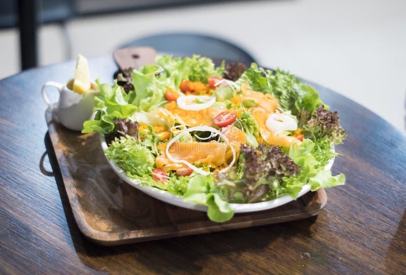 Salada vegetal com salmões imagens de stock royalty free