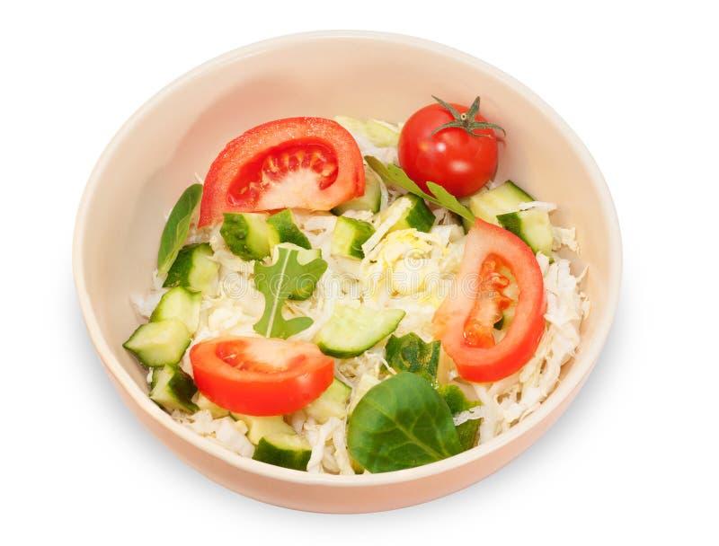 Salada vegetal com verdes na bacia marrom foto de stock royalty free