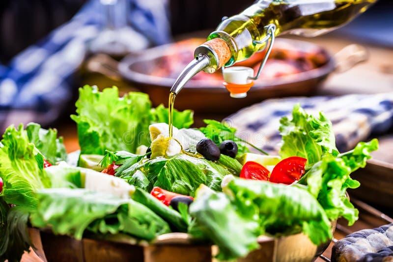 Salada vegetal da alface Azeite que derrama na bacia de salada Culinária mediterrânea ou grega italiana Alimento do vegetariano d imagens de stock