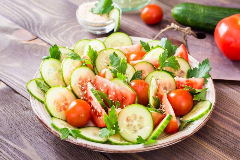 Salada vegetal de pepinos, de tomates e da salsa frescos foto de stock