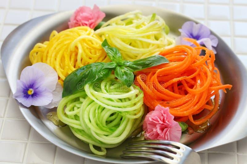 Salada vegetal dos macarronetes da dieta saudável fotos de stock
