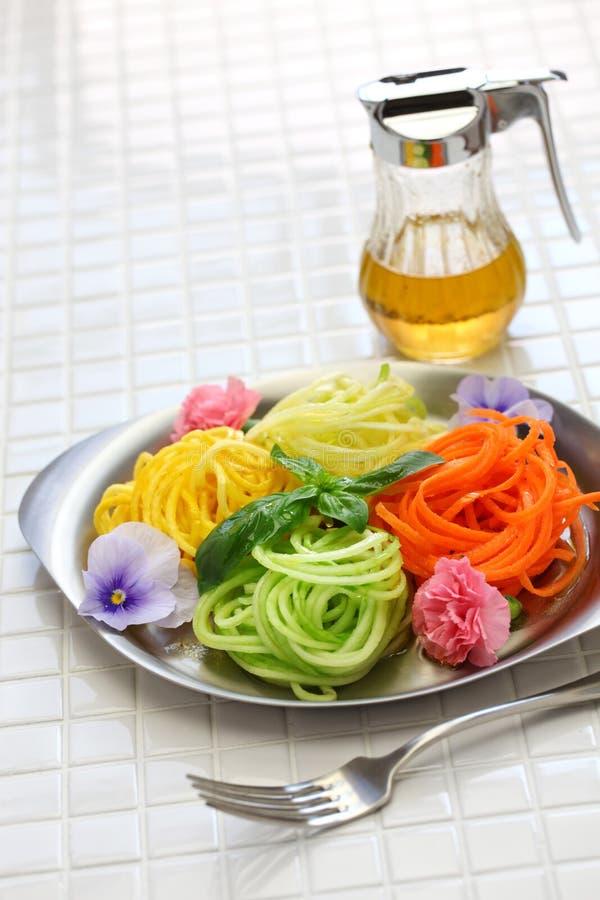 Salada vegetal dos macarronetes da dieta saudável imagens de stock