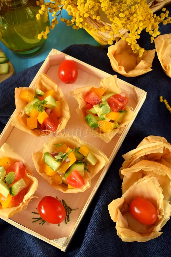 Salada vegetal em tartlets do filo fotos de stock royalty free