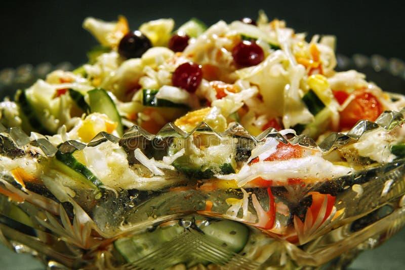 Salada vegetal em um fim de cristal da bacia de salada acima fotografia de stock royalty free