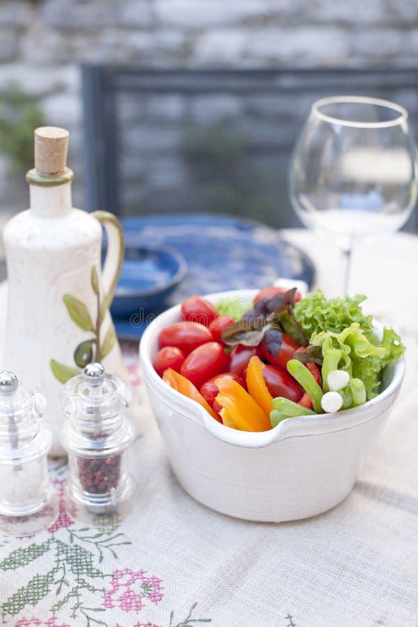 Salada vegetal em uma placa cerâmica Almoço no ar livre Alimento saudável Copie o espaço foto de stock royalty free