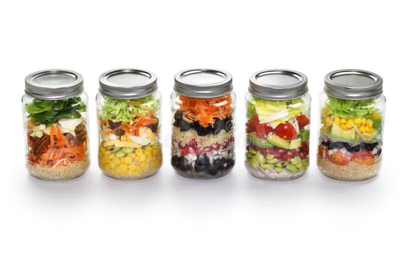 Salada vegetal no frasco de vidro, fundo branco fotos de stock