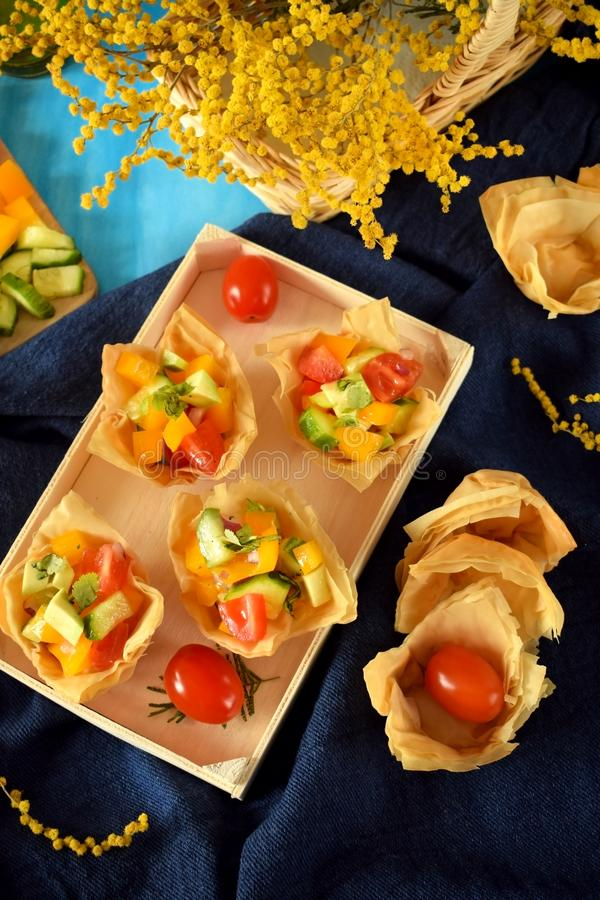 Salada vegetal servida em tartlets do filo foto de stock