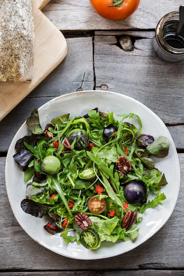 Salada verde com a baga verde dos tomates, da noz-pecã e do Goji foto de stock royalty free
