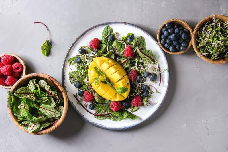 Salada verde com bagas fotos de stock