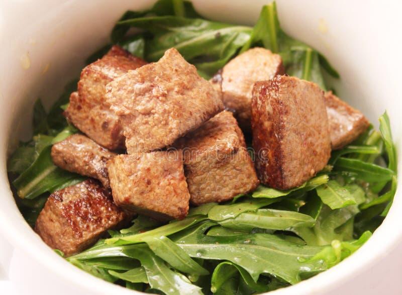 salada verde com fígado imagens de stock
