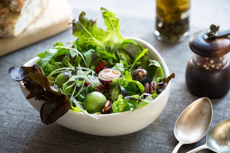 Salada verde com o Goj iberry e a noz-pecã fotografia de stock royalty free