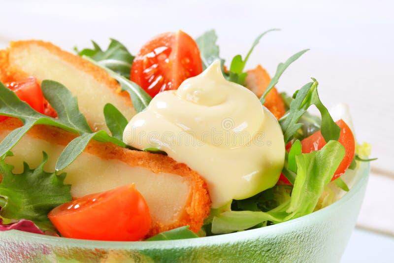 Salada verde com queijo fritado fotografia de stock royalty free