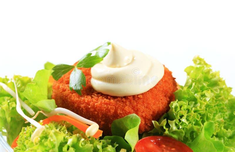 Salada verde com queijo panado fritado fotografia de stock