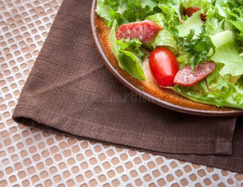 Salada verde com salsicha fumado foto de stock
