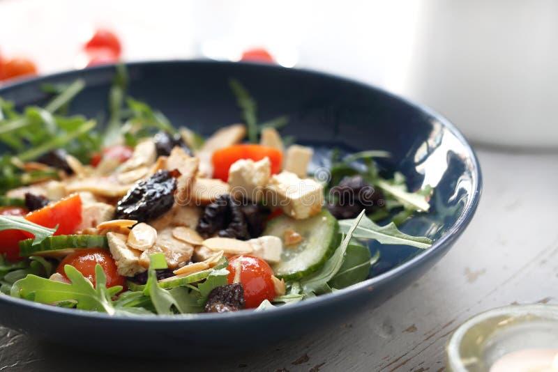 Salada verde com tofu, tomates de cereja, r?cula, pepino imagens de stock