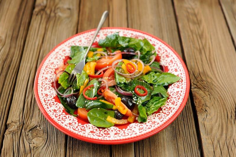 Salada verde com vegetais crus: espinafres, tomates, azeitonas, onio imagens de stock